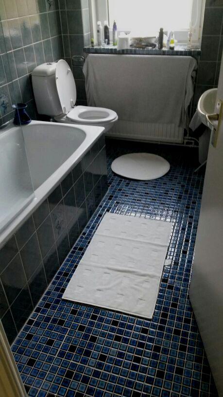 Yes, we hebben een bad in het nieuwe huis! O, en omdat er dus nog geen kast in de badkamer staat is de vensterbank nogal een zooi. Ik hád het natuurlijk even kunnen opruimen voor deze foto, maar who am I fooling?