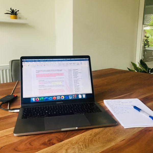 SEO-tips schrijven met een laptop aan de keukentafel
